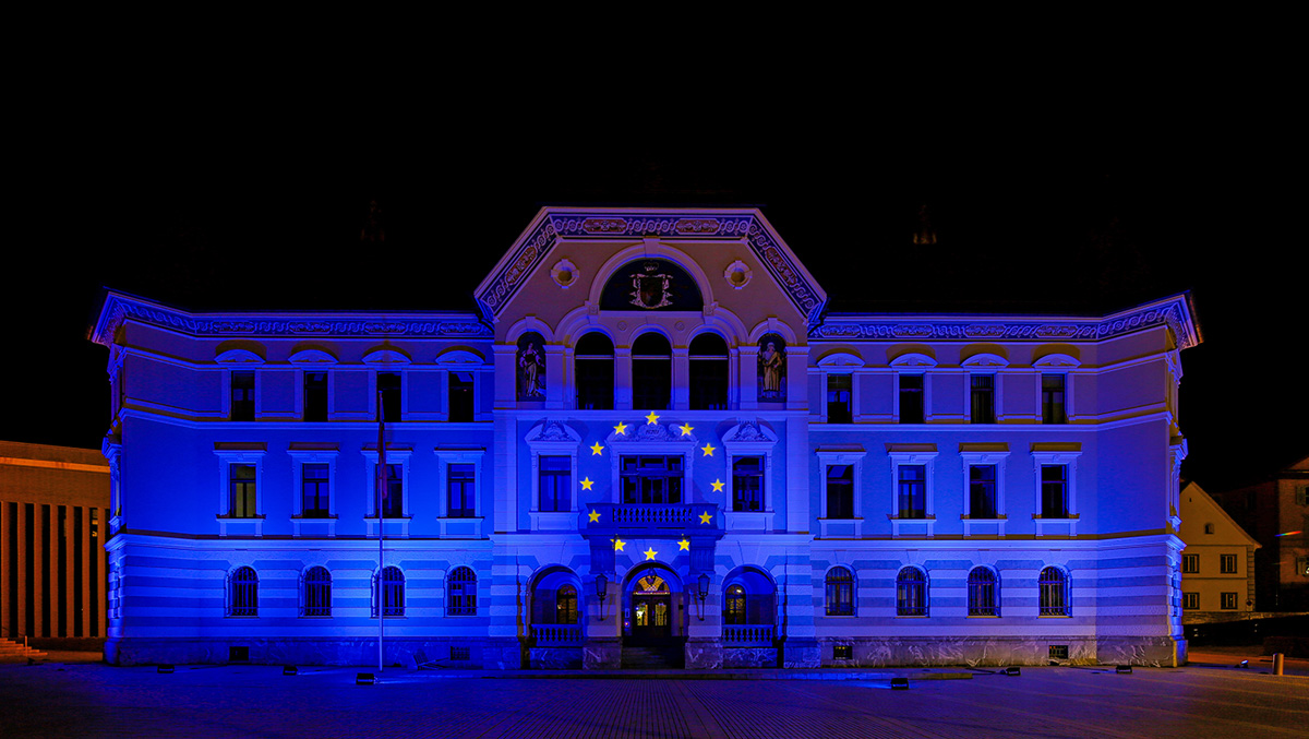 Regierungsgebäude in Vaduz mit blauem Licht inszeniert