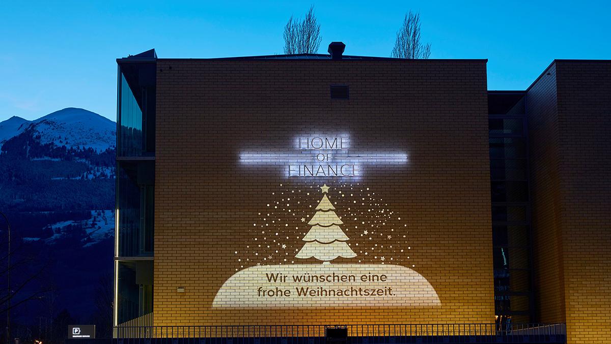 Weihnachtswünsche werden auf Fassade projiziert
