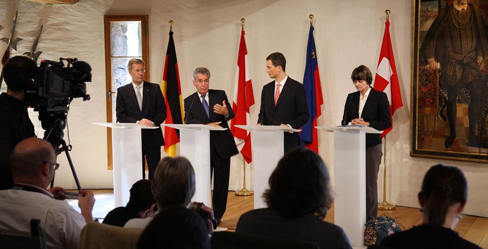 Vier Staatsoberhäupter stehen am Rednerpult