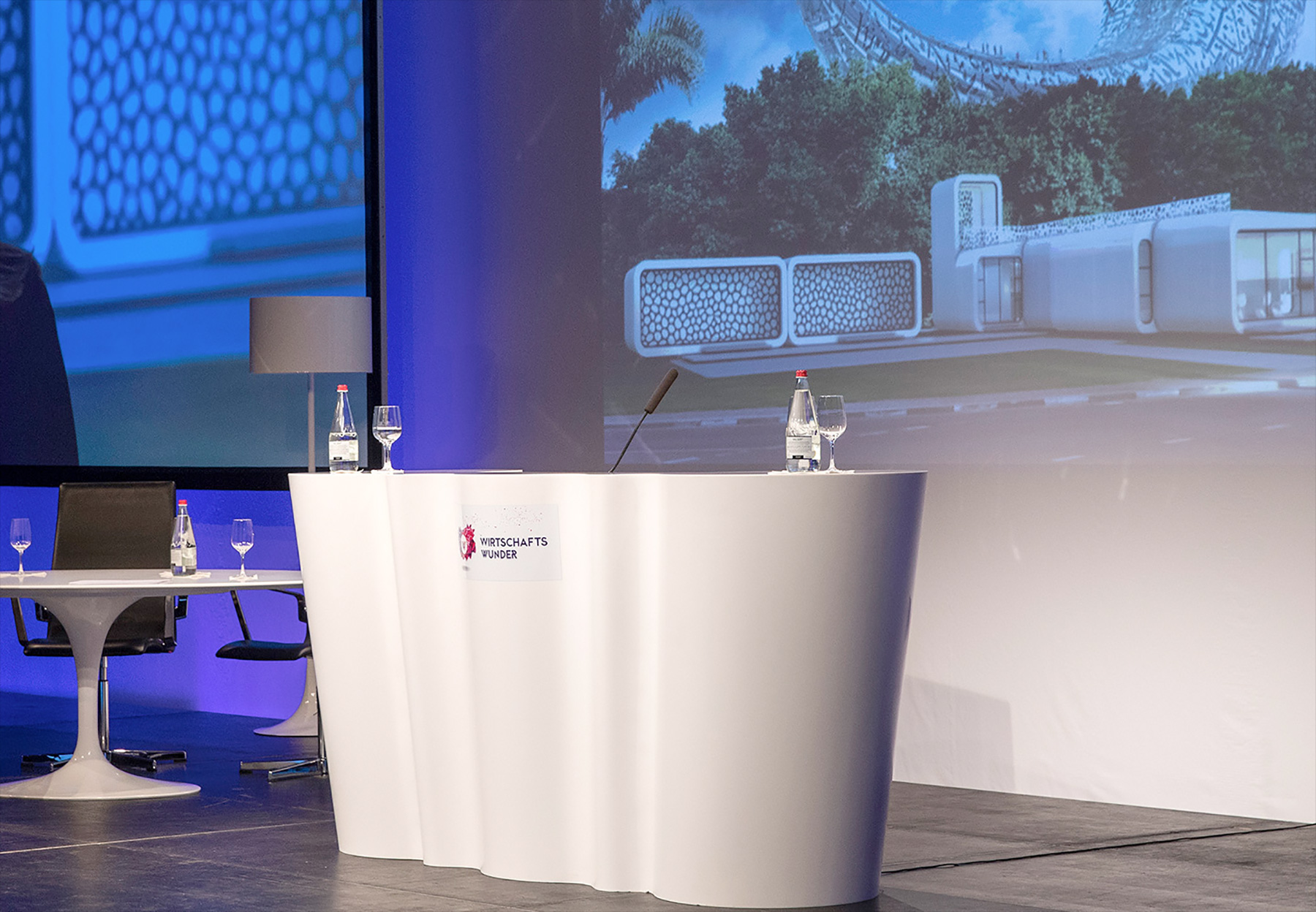 Rednerpult vor Leinwand beim Wirtschaftswunder 2016