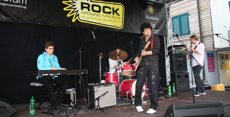 Musiker auf Bühne beim Rock around Malbun 2011