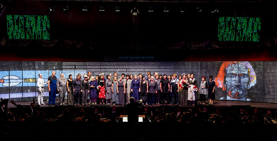 Artisten auf der Bühne beim Opera Viva in Obersaxen 2016