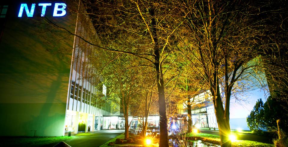 beleuchtetes NTB-Gebäude zum 40. Jubiläum
