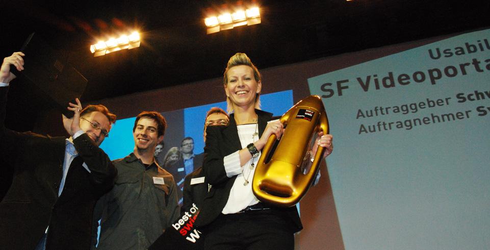 Gewinner halten ihre gewonnene Auszeichnung in die Luft