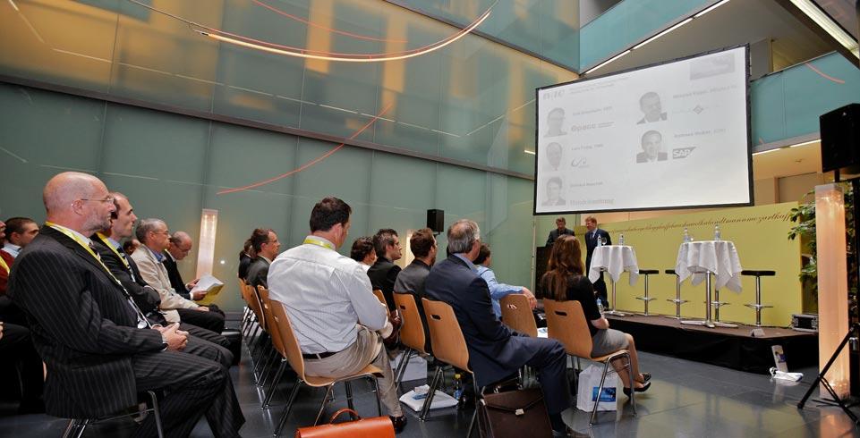 Sitzende Menschen schauen an Leinwand der Referenten am Experience Kongress FHNW Basel