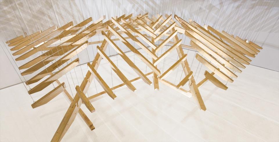lichtinszenierte hängende Holzskulptur
