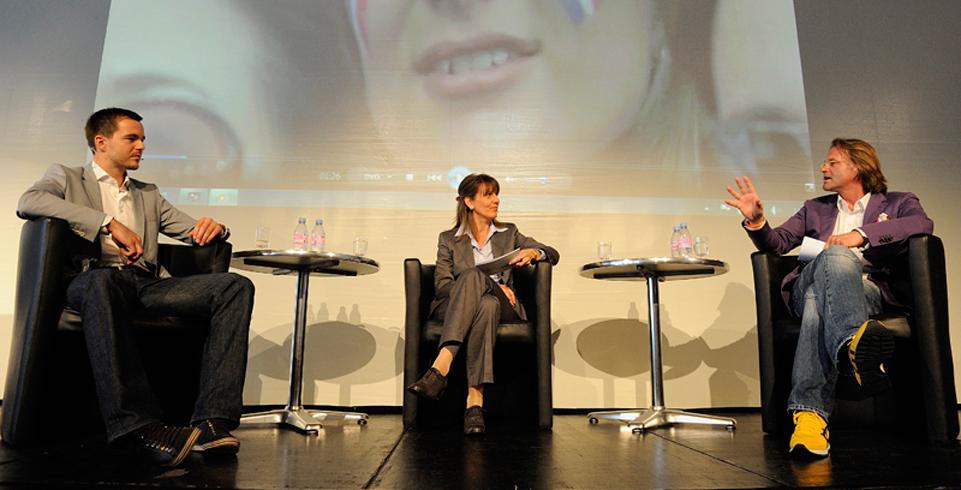 Diskussion vor Leinwand an der Kyberna K2help Kundenkonferenz