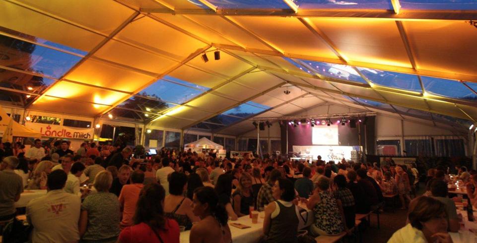 Menschen im vollen Festzelt beim Mundart Festival in Mauren