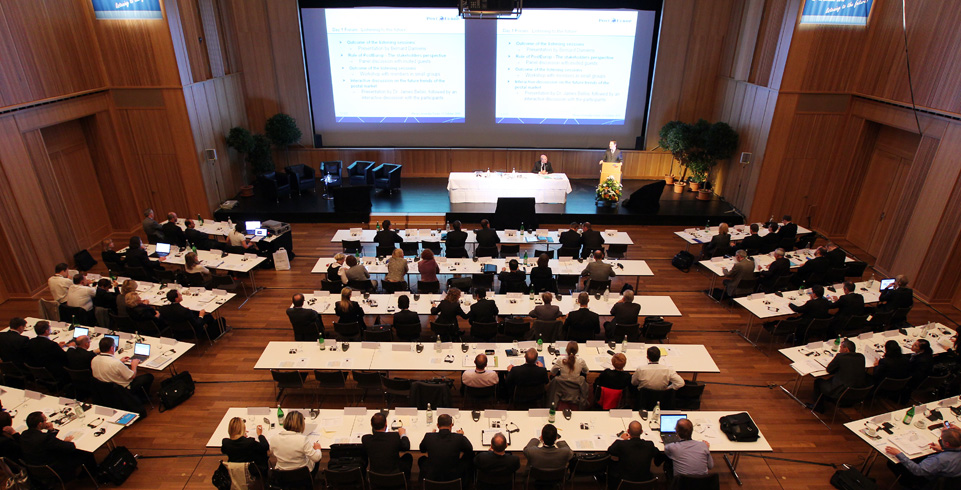 Konferenzsaal mit vielen Menschen