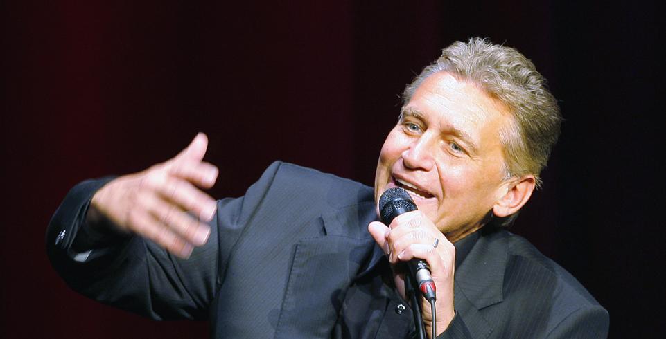 Rainhard Fendrich spricht ins Mikrofon