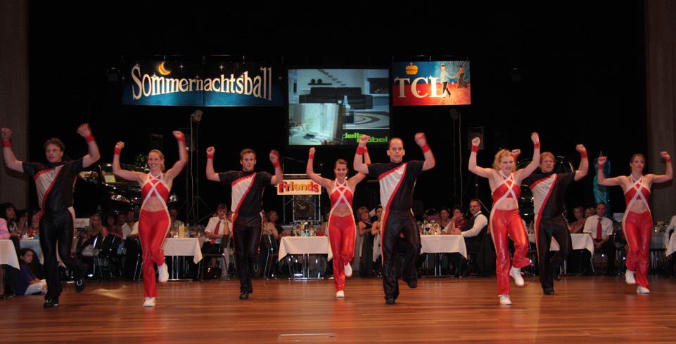 tanzende Menschen vor Publikum
