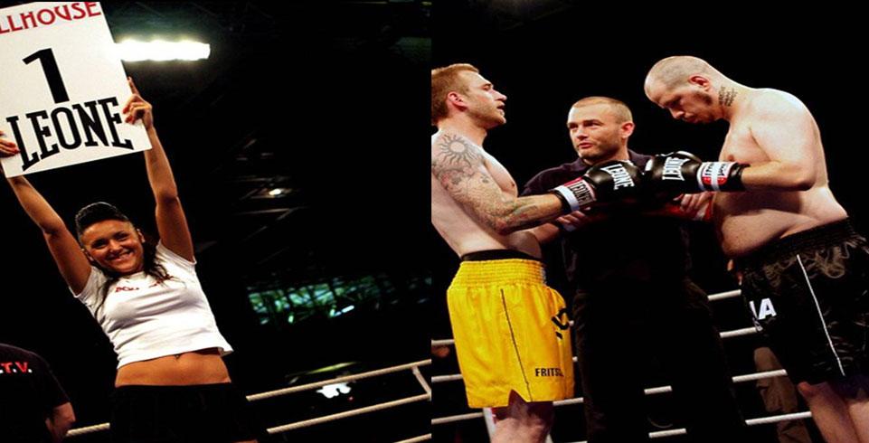 Zwei Boxer stehen auf der Bühne