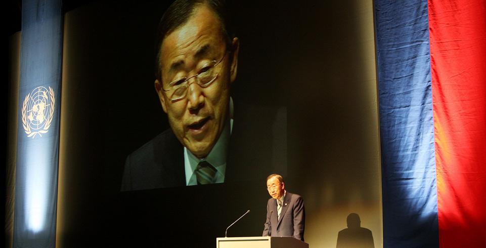 UNO-Generalsekretär Ban Ki-moon steht am Rednerpult und spricht