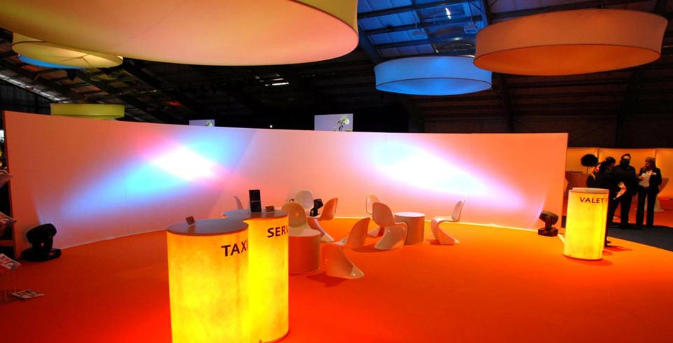 Lichtinszenierung von Tischen und Stühlen beim 50 Jahre Jubiläum der VP Bank