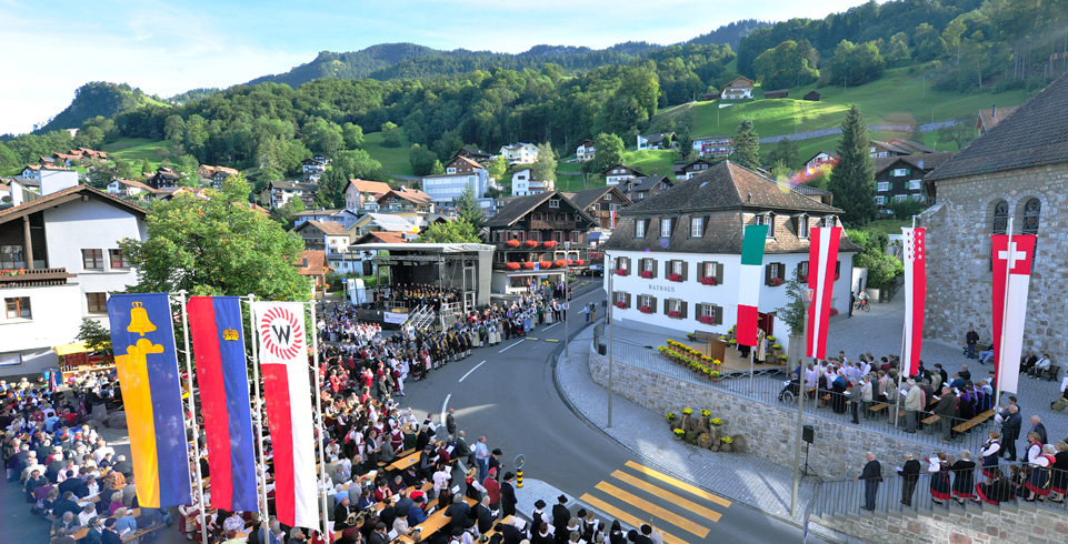 Viele Menschen versammeln sich in Triesenberg