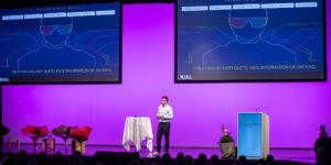 Mann referiert auf Bühne am Finanzforum Liechtenstein 2019