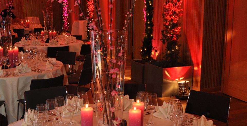 Ball Saal mit eingedeckten Tischen und Beleuchtung