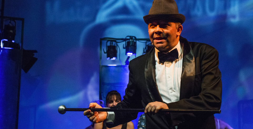 Tanzender Artist vor Scheinwerfern beim Soulman Musical