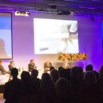 Diskussion am Wirtschaftswunder vor Videoprojektionen