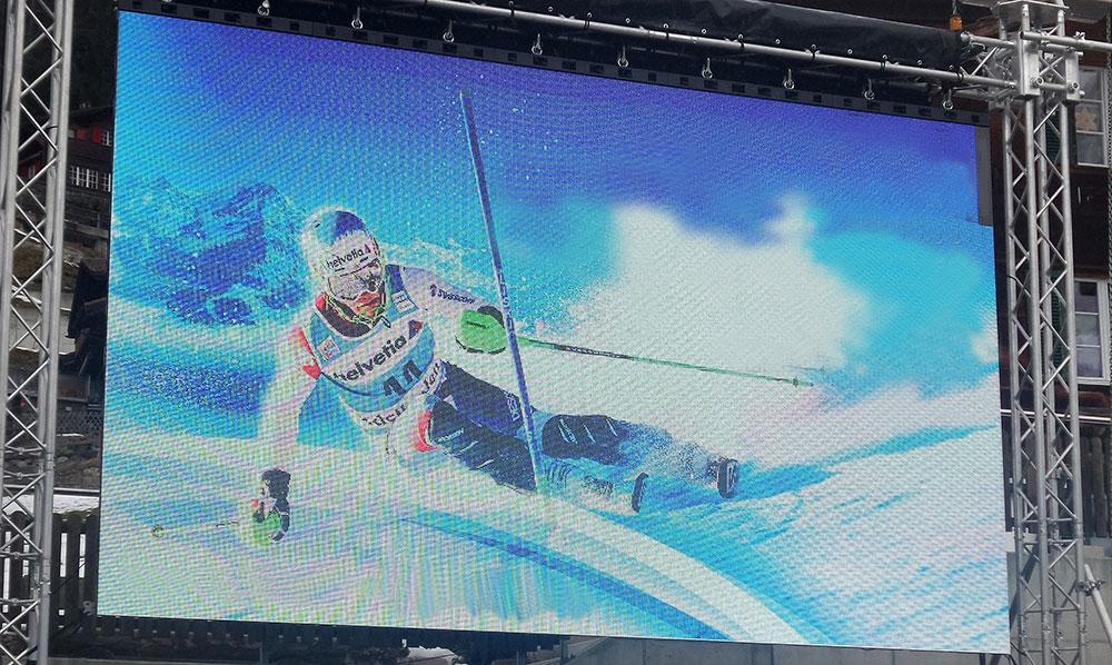 Skifahrer auf LED Wand am Ski World Cup in Adelboden