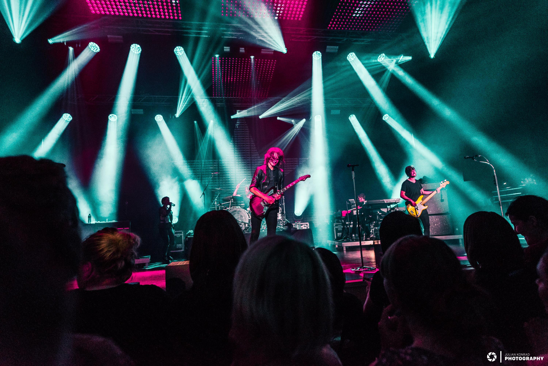 Musiker spielen auf Bühne