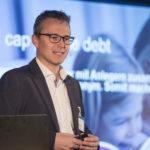 Referent steht vor Projektion am Finanzforum 2018