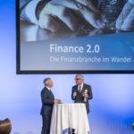 Referenten diskutieren am Finanzforum vor Projektion