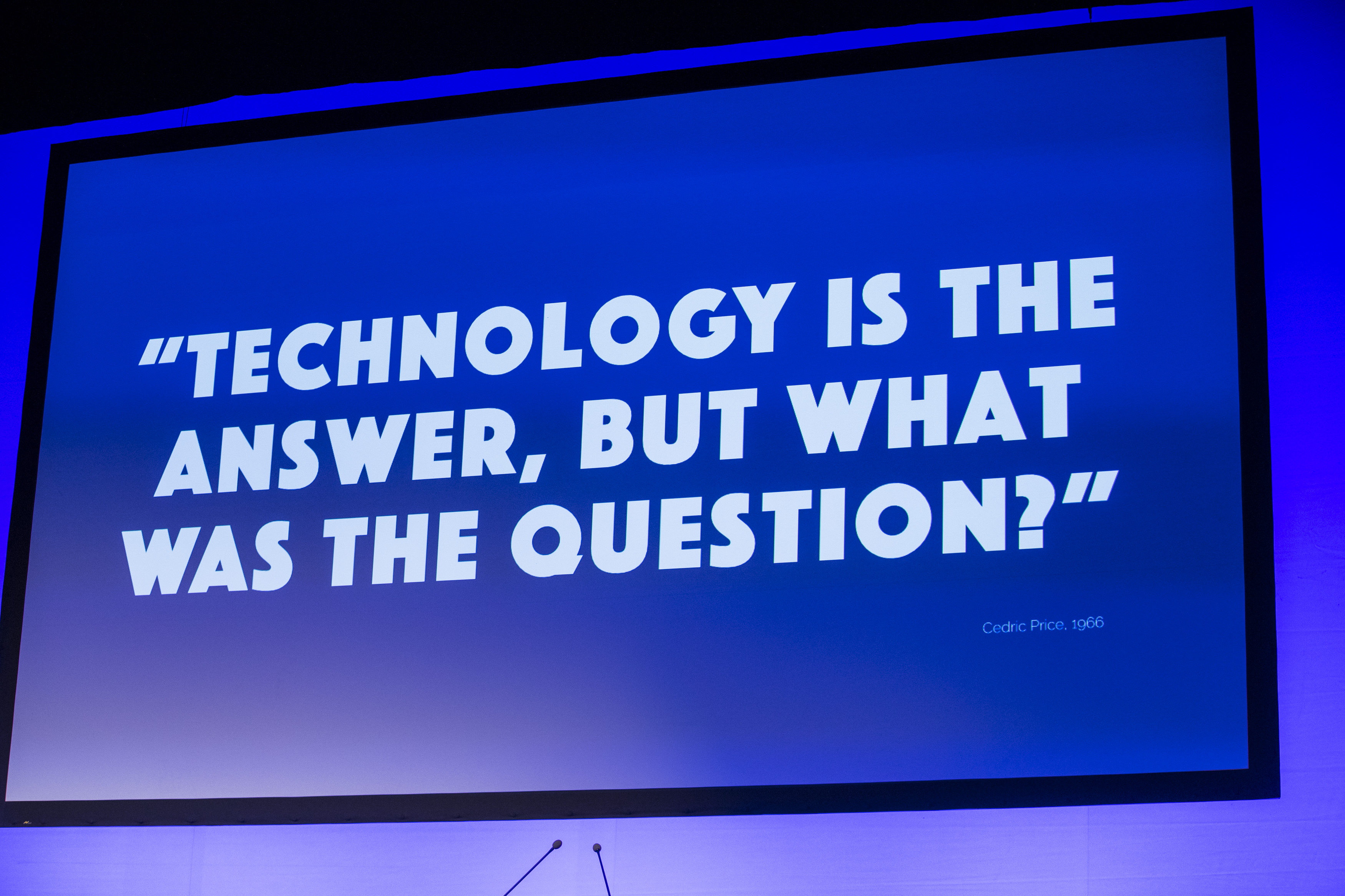 """Leinwand mit Aufschrift """"Technology is the answer, but what was the question?"""" am Finance Forum 2018"""
