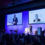 Reto Lipp steht auf der Bühne und moderiert am Finanzforum 2018