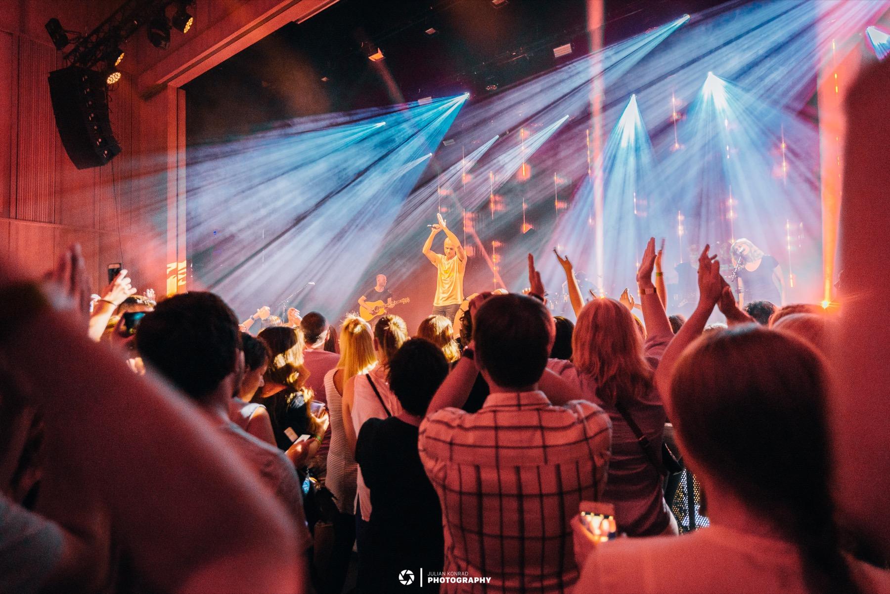 Publikum mit hochgehaltenen Händen am FL1 Life in Schaan 2018