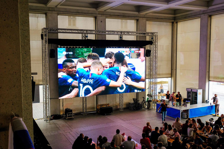 Spiel Frankreich gegen Kroatien auf Outdoor LED-Wand am Public Viewing in Schaan