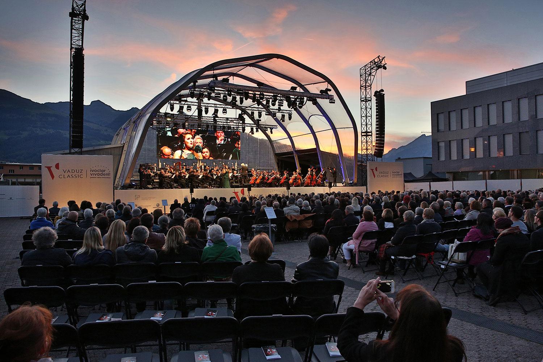 Bühne mit Lautsprechern am Vaduz Classic 2018