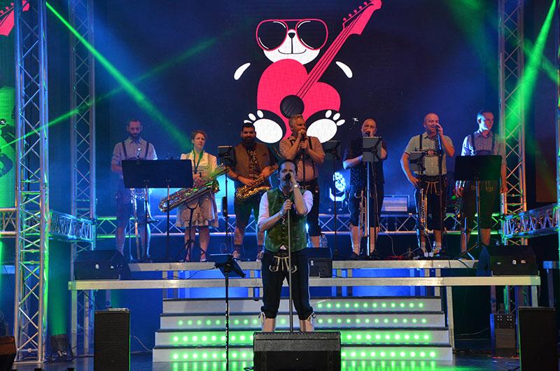 Bühne mit Sängern am Wiesngaudi Konzert