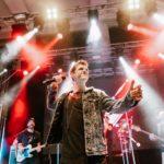 Sänger auf Bühne beim Fl1 LIFE Konzert in Schaan 2019