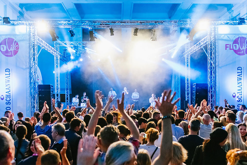 Feiernde Menschen vor der Bühne beim FL1 Life in Schaan 2019
