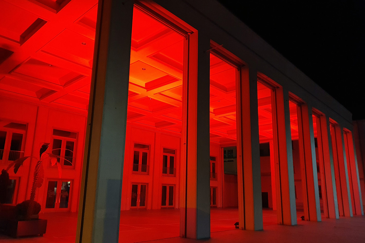 rot beleuchteter SAL in Schaan in der Night of Light