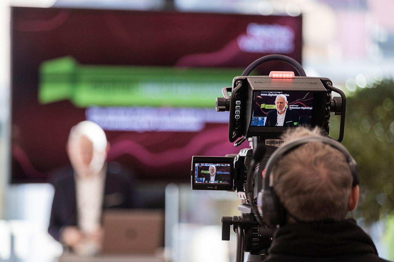 """Kamera filmt Ansprache des Sprechers am digitalen Event """"Digitaltag"""" in Vaduz"""