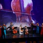 Musiker und Musikerinnen spielen vor Leinwand am Jubiläum 100 Jahre LGT